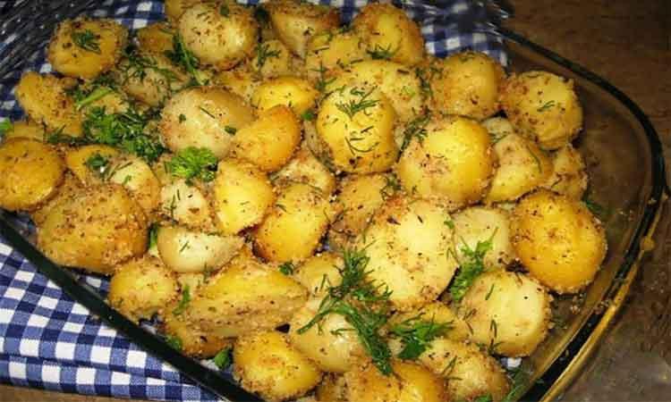 Cartofi-la-cuptor-cu-usturoi-si-pesmet!Se-fac-rapid-si-nu-contin-decat-cartofi,-usturoi,-pesmet,-verdeata-si-ulei