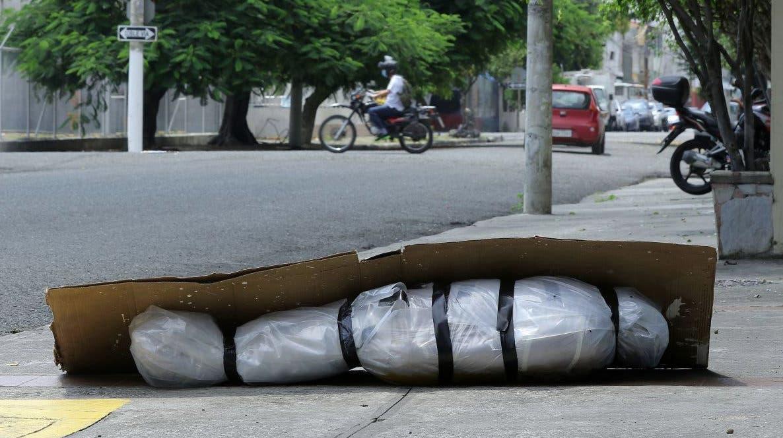 Un cadavru abandonat invelit in plastic si acoperit cu carton