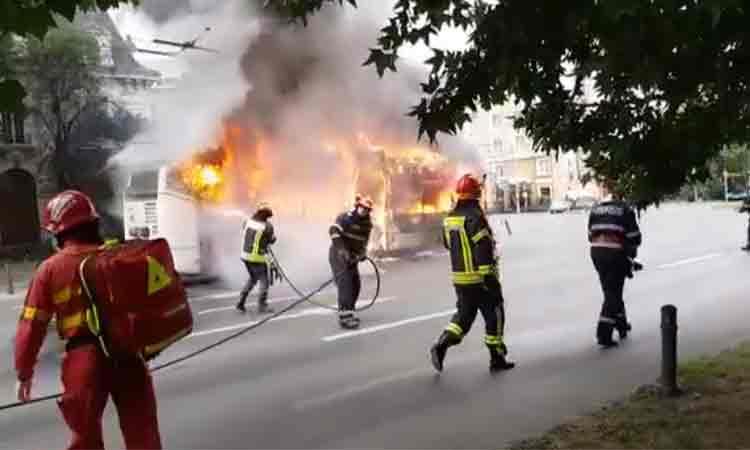 Ultima ora: Un troleibuz a luat foc in mers. Cine se afla in interior