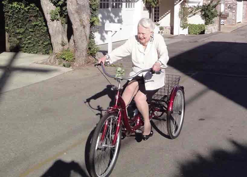 Olivia-pe-bicicleta