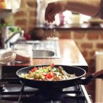 10 greseli pe care le faci in bucatarie atunci cand pregatesti mancarea