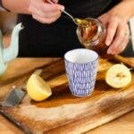 Apa calda cu miere: Iata ce se intampla cu corpul tau daca incepi sa bei acest amestec